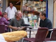 man trifft sich in kleinen Cafés