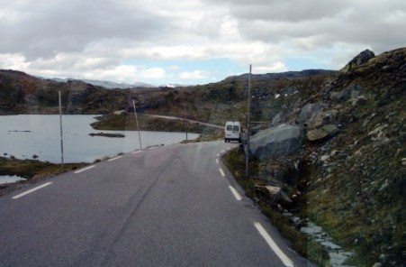 Passtraße mit Schneestangen