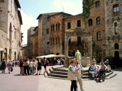 Piazza della Cisterna Brunnen