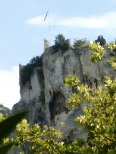 Schlossruine auf einem Felsen