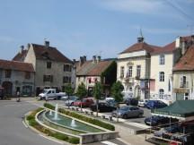 zentraler Platz mit Rathaus