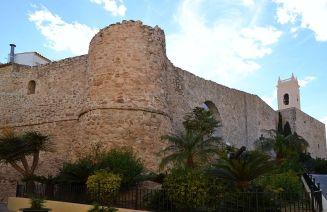 Die mittelalterliche Stadtmauer mit dem Turm der alten Pfarrkirche