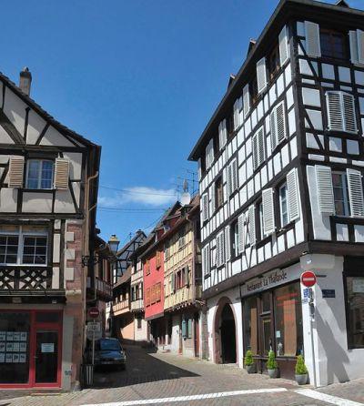 Blick in die Rue de l'Église, links die Rue Neuve
