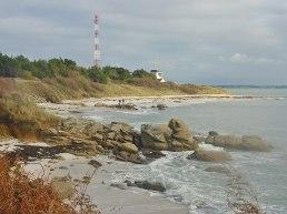 der Wachturm und der Strand mit Dünen.