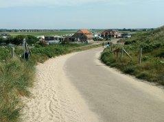 Der Campingplatz liegt direkt vor den Dünen