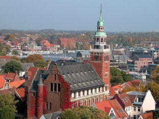 Blick auf Rathaus und Freizeithafen