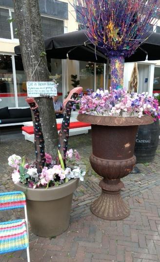 Deventer Blumenschmuck vor einem Café