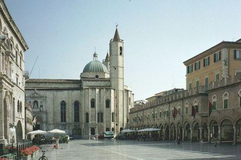 Ascoli_Piceno_Piazza del Popolo und die Kirche San Francesco