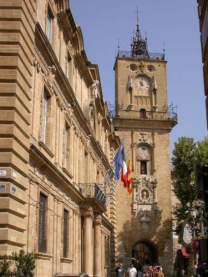 Aix Rathaus mit Uhrturm