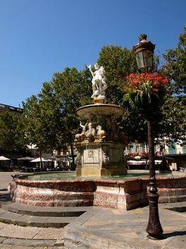 Carcassonne_La_fontaine_monumentale_Vue_n