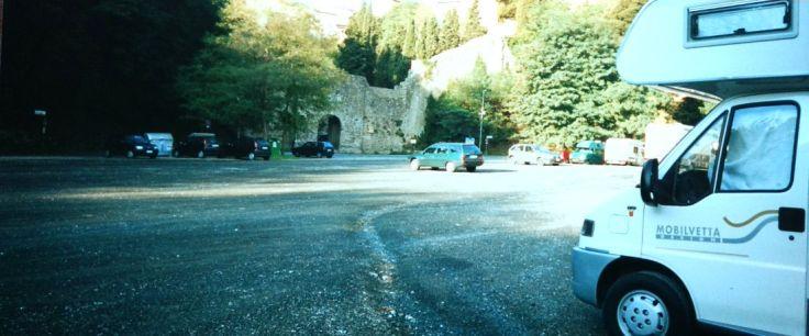 Volterra Stellplatz unterhalb der Stadtmauer 2001