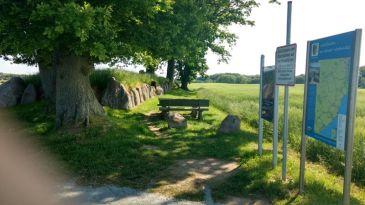 Karlsminde am Hügelgrab